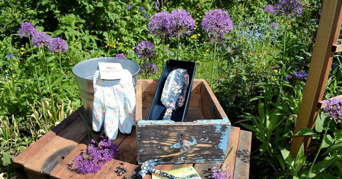 Puutarhatarvikkeita (puutarhahanskat, kukallinen istutuslapio, söpö naisten kukallinen vasara) kierrätyspuupenkillä