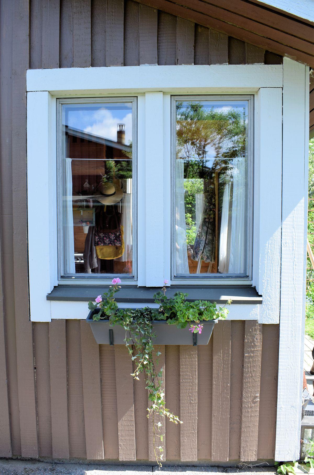 siirtolapuutarhamökin ikkunalla kukkalaatikko