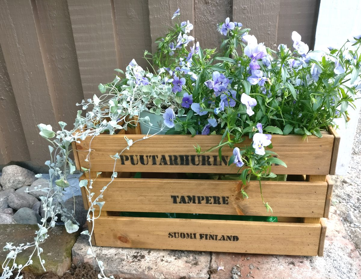 Puutarhurin Maja puulaatikko tekstillä.