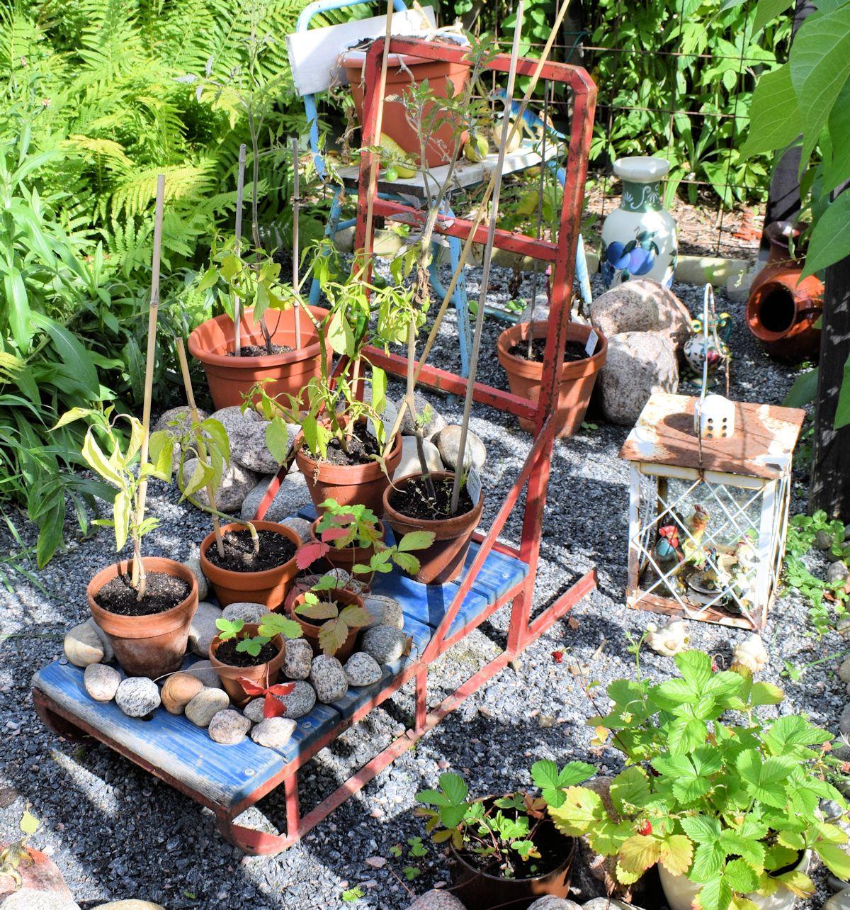 Vanhoja esineitä on käytetty uudelleen puutarhassa.