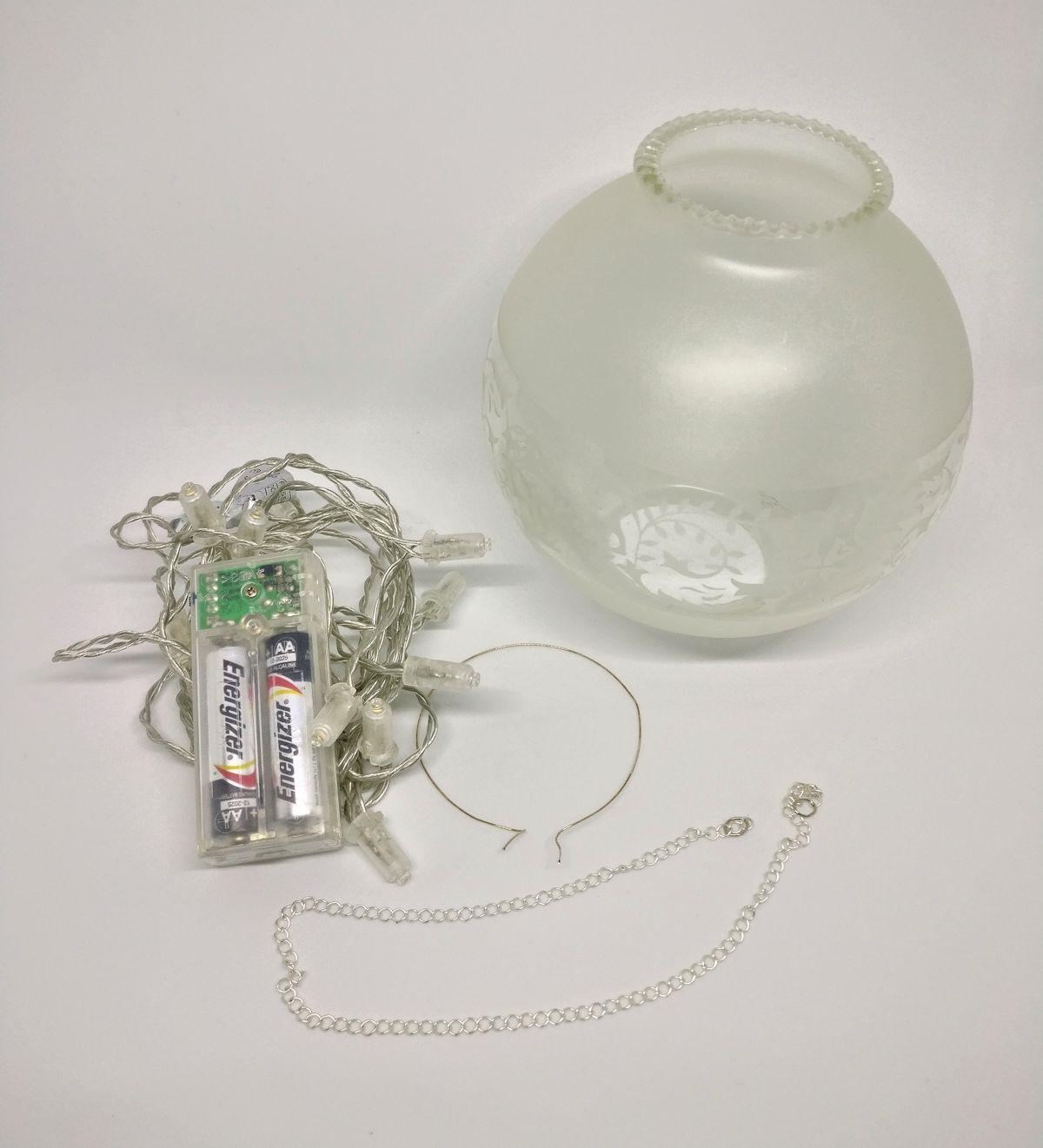 Lyhtyyn tarvitaan vanha lampunkupu, patterikäyttöiset led-valot, pala ketjua ja metallilankaa.