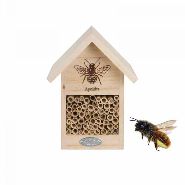 Pieni puinen mehiläishotelli