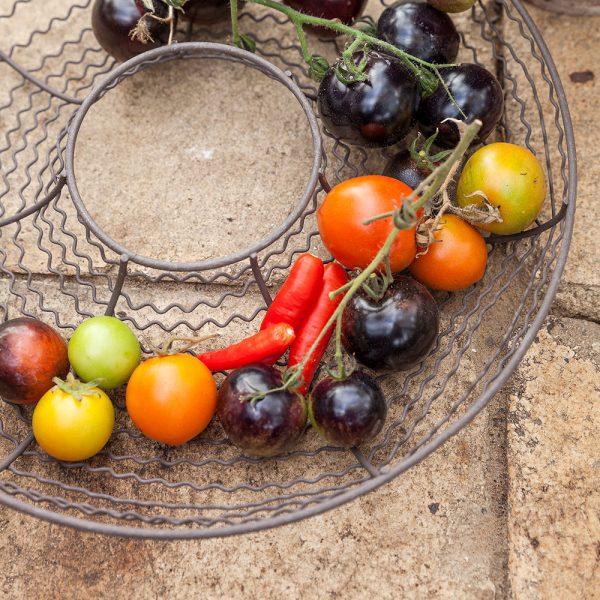 monikäyttöinen metalliverkko hedelmäkulhona, sopii myös kranssiksi