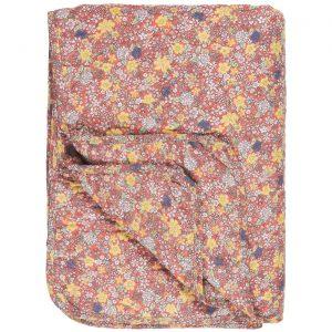 punapohjainen puuvillatäkki jossa kuvioina värikkäitä pieniä kukkia