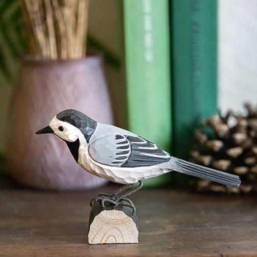 musta-harmaa-valkoinen västäräkki koristelintu, tehty puusta, wildlife garden
