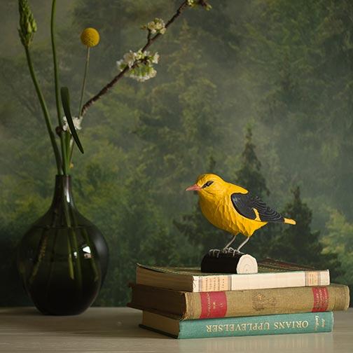 keltainen ja musta västäräkki koristelintu, tehty puusta, wildlife garden