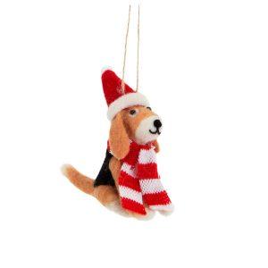 istuva koiranpentu tonttulakki ja kaulahuivi päällä joulukuusenkoriste