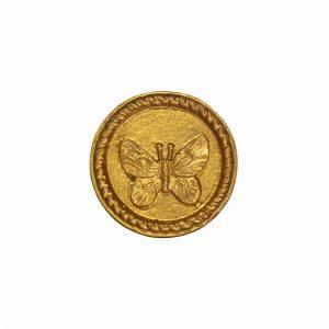 pyöreä kultainen vedin jossa perhosen kuva